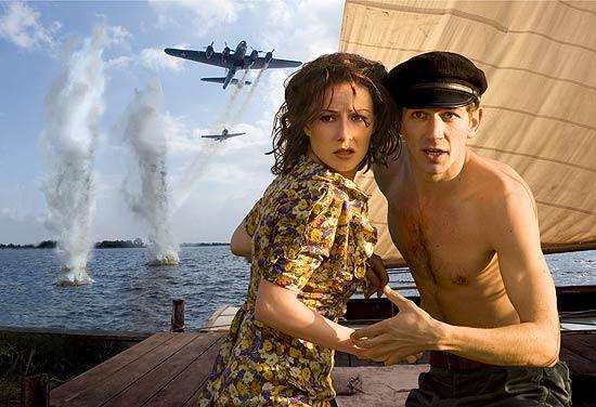 Carice van Houten and Michel Huisman get bombed.